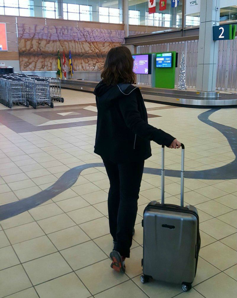 how to stay safe and organized as solo traveler