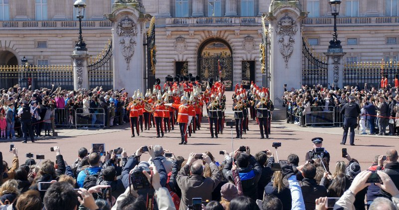 London and a crowded Buckingham Palace with guards_DP