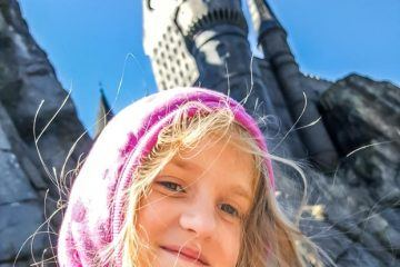 The Wizarding World of Harry Potter girl with Hogwarts Castle