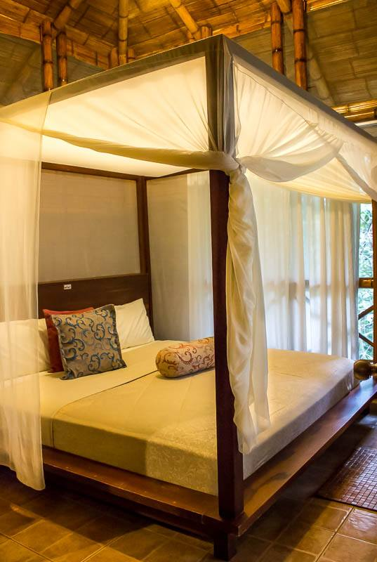La Selva Lodge king bed in room