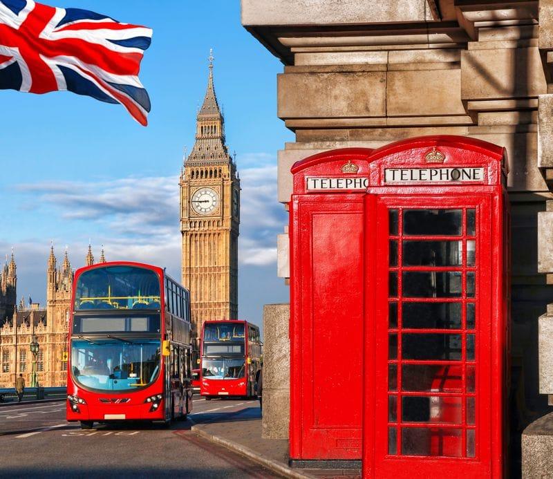 Autobús rojo de dos pisos de Londres con big ben y cabina telefónica roja